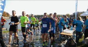 Wolontariusze z 43 liceum na Cracovia Półmaraton